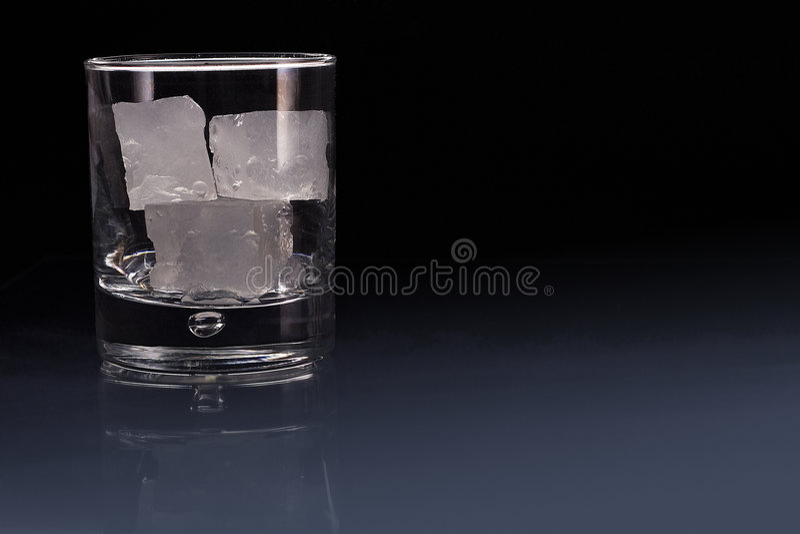 De verre vides préparent pour une boisson image libre de droits