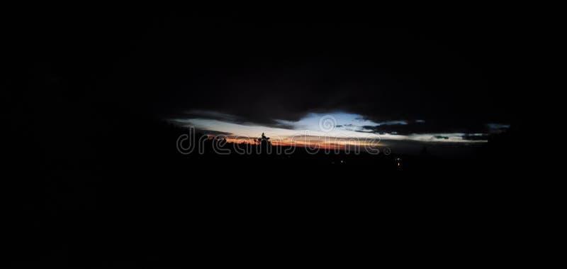 De verre zonsopgang onder glimmer verdwijnt wakkere dageraadschemer langzaam wekte stock fotografie