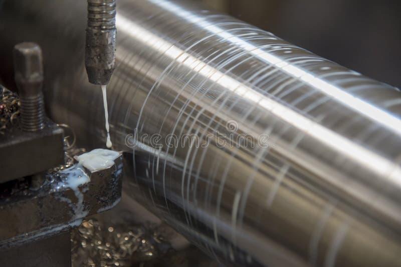 De verrichting die van draaibankmachine de staalschacht snijden royalty-vrije stock afbeeldingen
