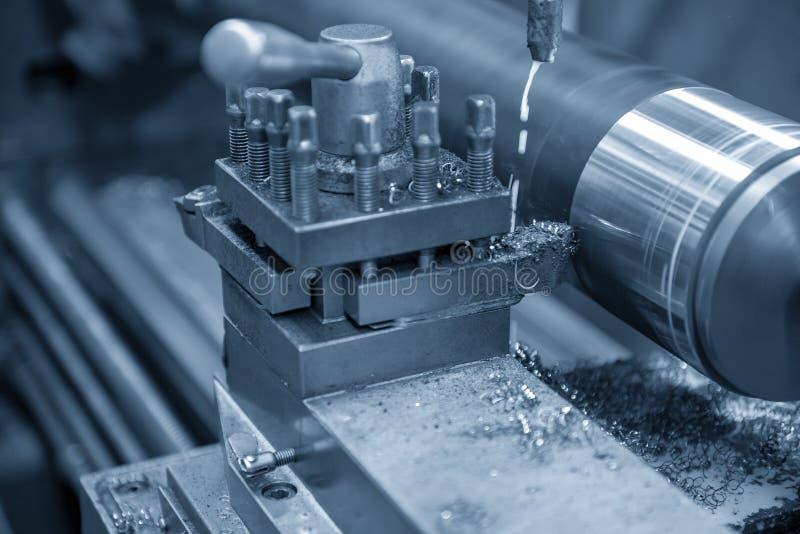 De verrichting die van draaibankmachine de staalschacht snijden stock foto's