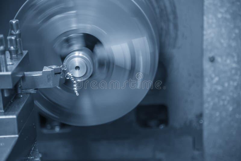 De verrichting die van draaibankmachine de staalschacht snijden royalty-vrije stock fotografie