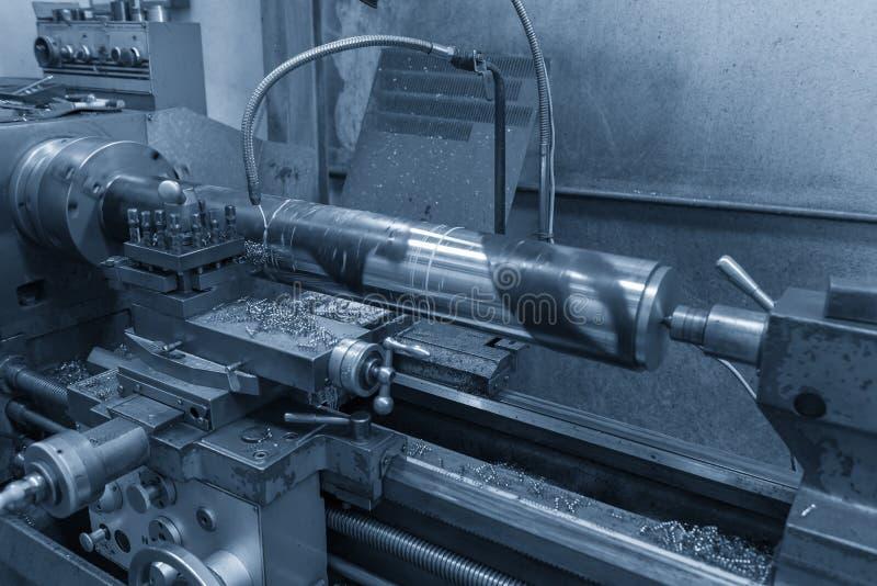 De verrichting die van draaibankmachine de staalschacht snijden stock fotografie