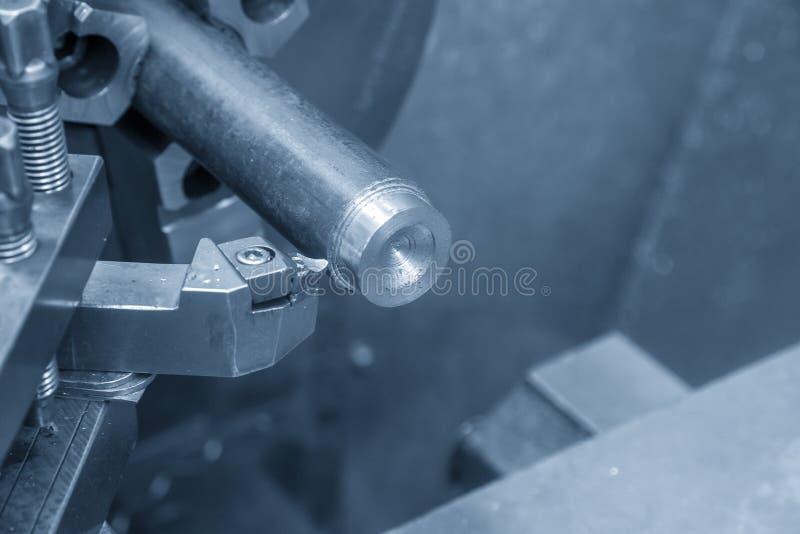 De verrichting die van draaibankmachine de staalschacht snijden stock afbeeldingen