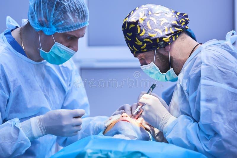 De verrichting op het oog Cataractchirurgie stock foto's