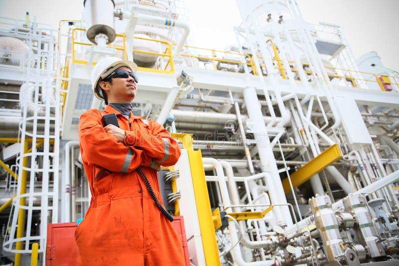 De verrichting van de exploitantopname van olie en gasproces bij olie en installatieinstallatie, de zeeolie en gasindustrie, zeeo stock foto's