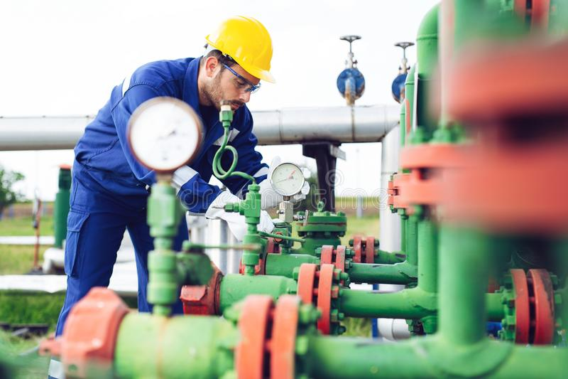 De verrichting van de exploitantopname van olie en gasproces bij olie en installatieinstallatie royalty-vrije stock fotografie