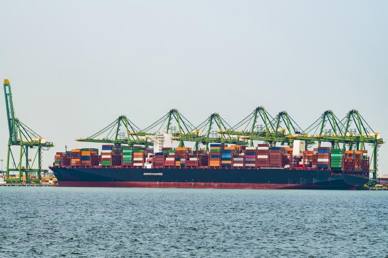De verrichtingen van de lading op een containerschip in China stock fotografie