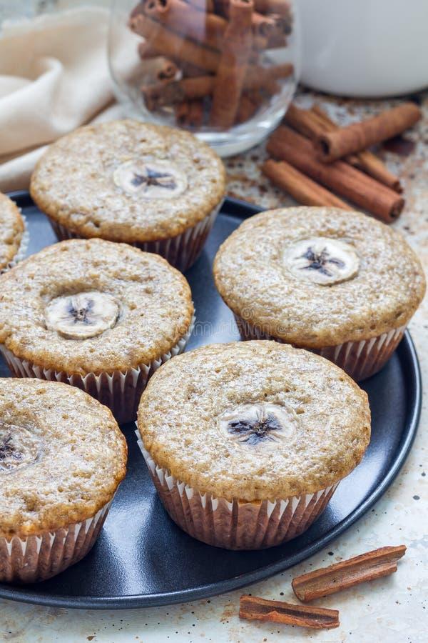 De vers gebakken eigengemaakte muffins van de banaankaneel met plak van banaan op bovenkant stock afbeelding
