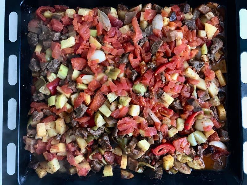 De vers Gebakken Turkse Gemengde Groenten van het Vleesvoedsel Turlu met Gekubeerd Vlees op Dienblad royalty-vrije stock fotografie