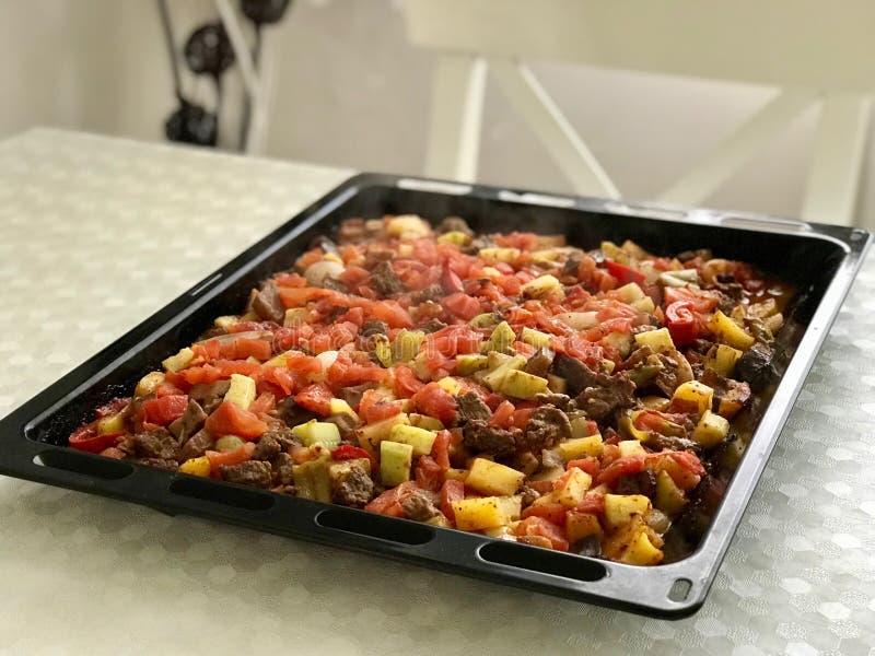 De vers Gebakken Turkse Gemengde Groenten van het Vleesvoedsel Turlu met Gekubeerd Vlees op Dienblad stock afbeeldingen
