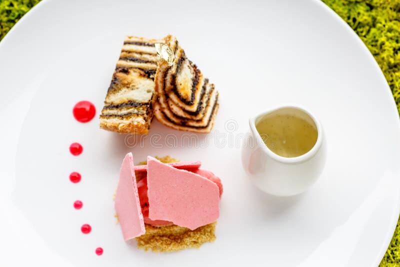 De de verscheidene liggen het verschillende dessertsroomijs, pastei en schuimgebakjes o royalty-vrije stock afbeeldingen