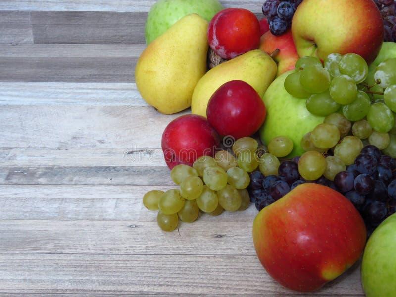 De verscheidenheid van de herfstfruit op de witte plattelander van het wasbeukehout kijkt achtergrond Rijke organische fruitoogst royalty-vrije stock afbeelding