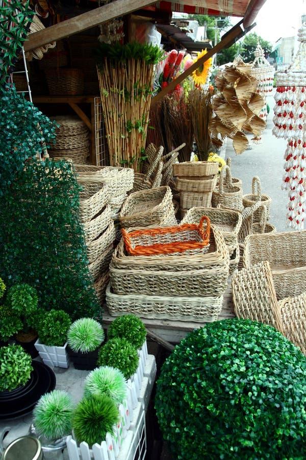 De verscheidenheid van houten producten verkocht bij een opslag in Dapitan-Arcade in Manilla, Filippijnen royalty-vrije stock afbeelding