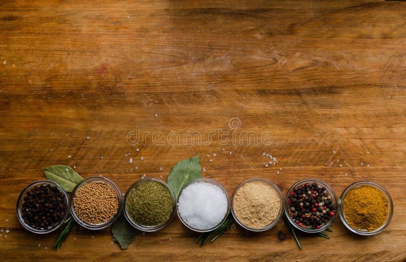 De verscheidenheid van kruiden in rond glas werpt - gemalen gember, hop-suneli, Kari, zwarte peper en een mengsel royalty-vrije stock fotografie