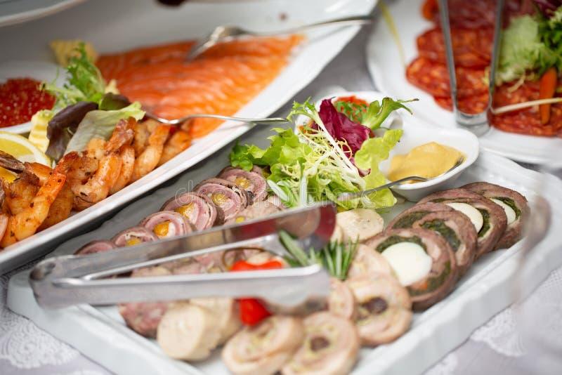 De verscheidenheid van de ontbijtmaaltijd in restaurantvlakte lag Hoogste mening over buffetlijst met verschillende smakelijke sn stock fotografie