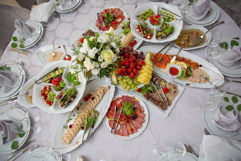De verscheidenheid van de ontbijtmaaltijd in restaurantvlakte lag Hoogste mening over buffetlijst met verschillende smakelijke sn stock foto