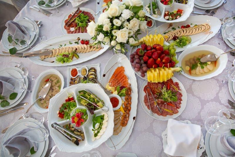 De verscheidenheid van de ontbijtmaaltijd in restaurantvlakte lag Hoogste mening over buffetlijst met verschillende smakelijke sn stock afbeelding