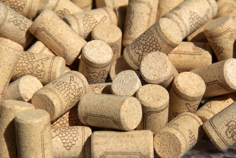 De verscheidenheid van wijn kurkt verzameld die in de loop van de jaren, in grote kom onder de Zomerzonneschijn worden geplaatst royalty-vrije stock afbeelding
