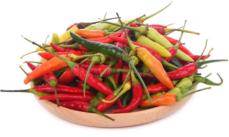 De verschillende die peper van kleurenspaanse pepers op witte achtergrond wordt geïsoleerd royalty-vrije stock afbeeldingen