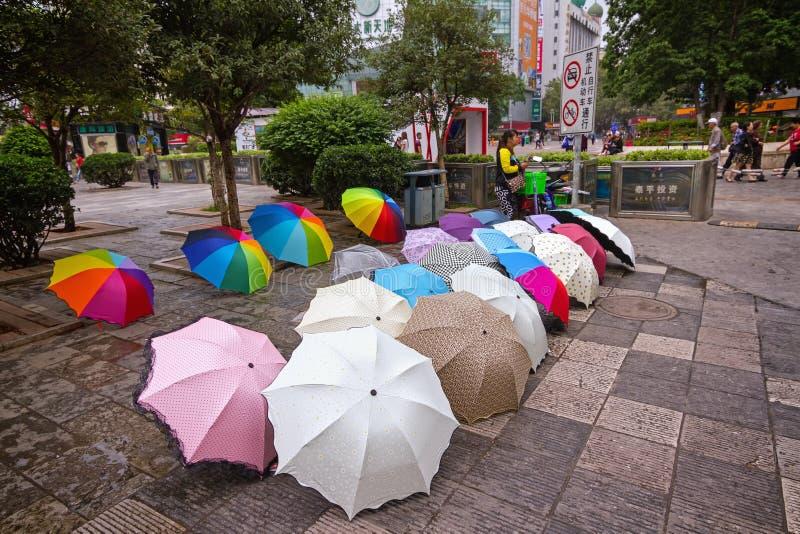 De verschillende gekleurde paraplu's van de straatverkoop royalty-vrije stock afbeelding