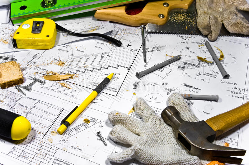 De verschillende hulpmiddelen liggen op timmermanswerkbank. stock afbeelding