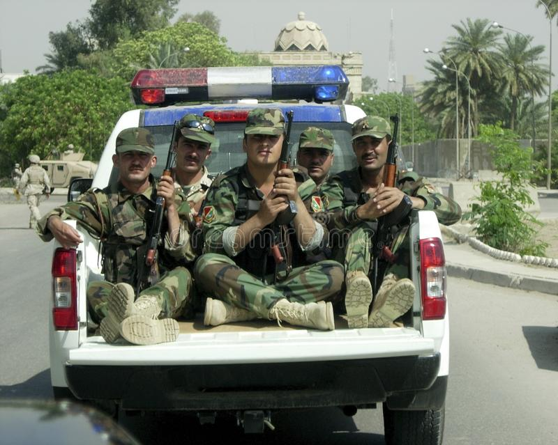 De verschillende militairmensen behandelen persoonlijke zaken stock foto's