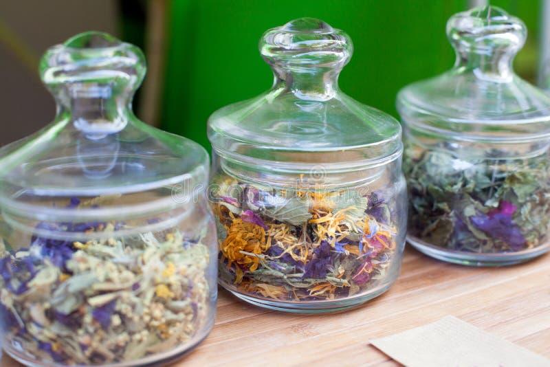 De verschillende Thee van de Aromabloem in glaskruiken, Droge Bloemen Organisch Aftreksel royalty-vrije stock foto