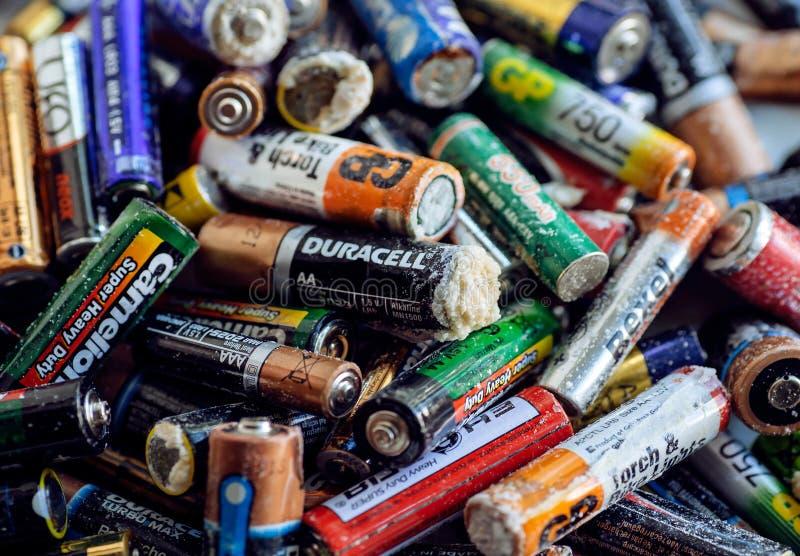 De verschillende types verwierpen batterijen met oxydatie, navulbare accumulatoren en gebruikten alkalische batterijen stock foto
