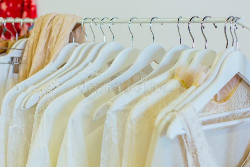 De verschillende vrouwen` s kleren hangen  royalty-vrije stock afbeeldingen