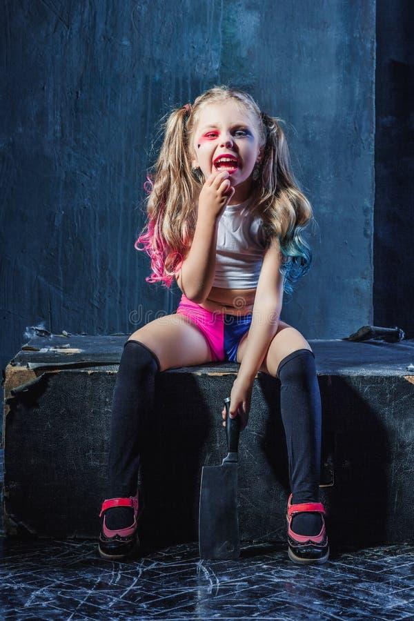 De verschrikking schoot: een eng kwaad meisje met bloedig mes royalty-vrije stock fotografie