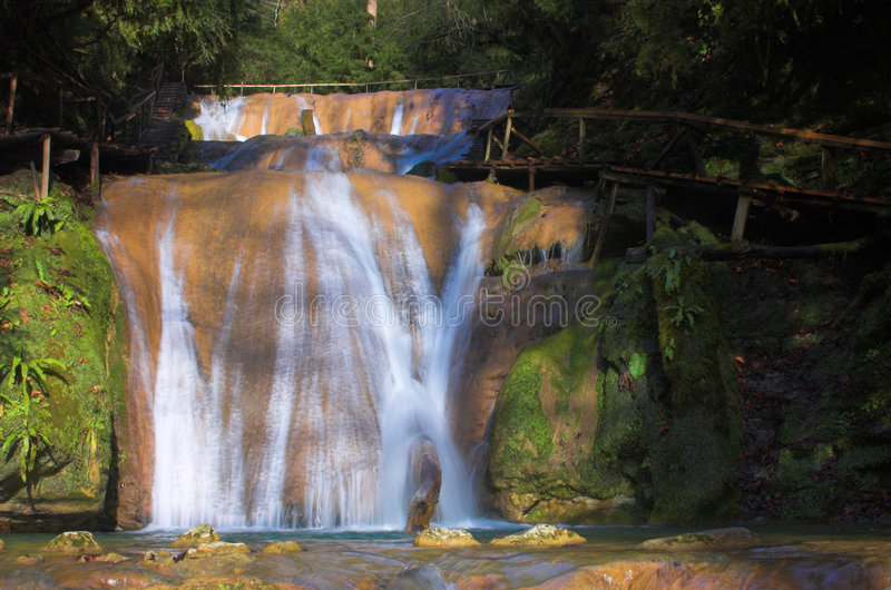 De verse cascade van de waterval stock afbeeldingen