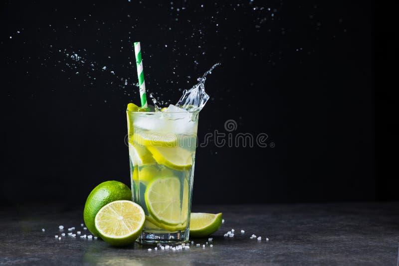 de verse cocktail van de zomercaipirinha met plons royalty-vrije stock afbeeldingen