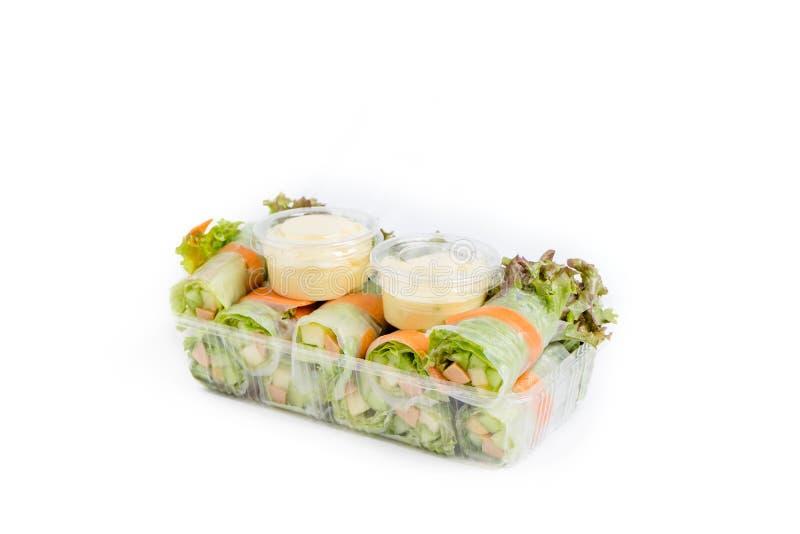 De verse die broodjes van de besnoeiingssalade in doos op wit wordt geïsoleerd stock fotografie