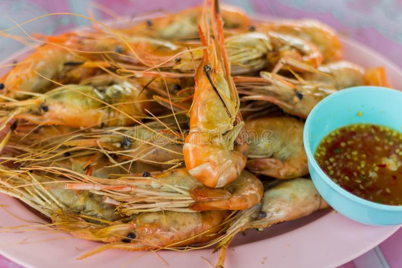 De verse die garnalen van de rivier worden geroosterd brengen om met kruidige saus te eten, Beschikbaar bij het restaurant van de royalty-vrije stock foto's
