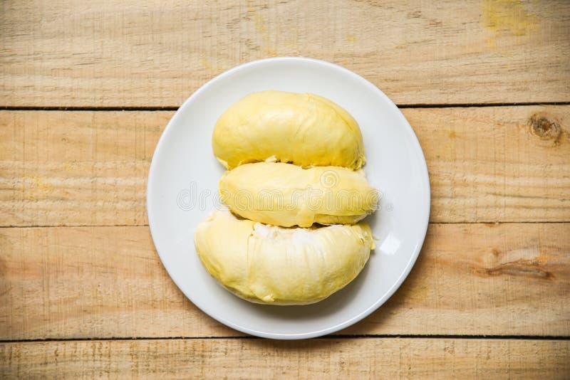 De verse durian zomer van het schil tropische fruit op witte plaat en houten royalty-vrije stock afbeelding