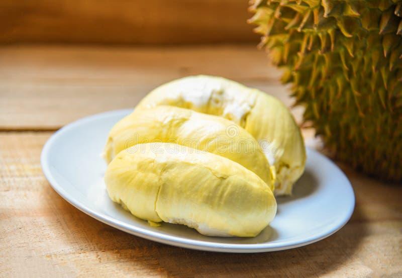 De verse durian zomer van het schil tropische fruit op witte plaat op houten achtergrond royalty-vrije stock afbeeldingen