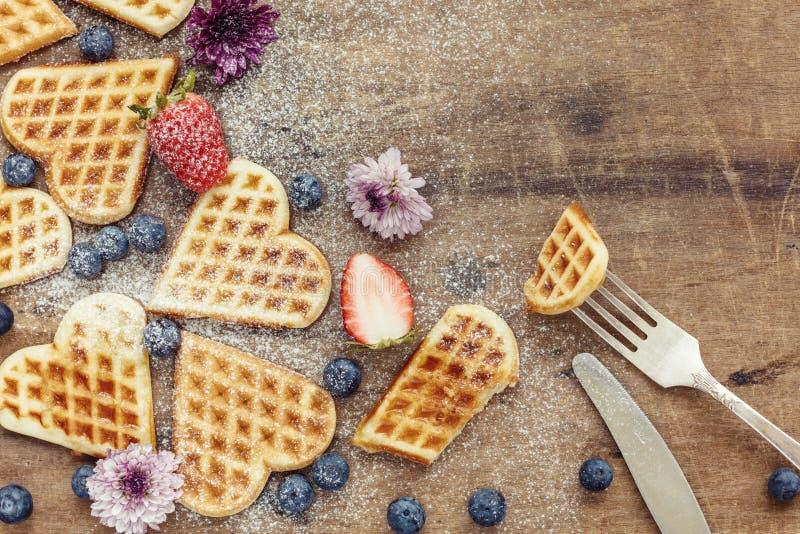 De verse eigengemaakte wafels van de hartvorm met bosbessen en strawber royalty-vrije stock foto's