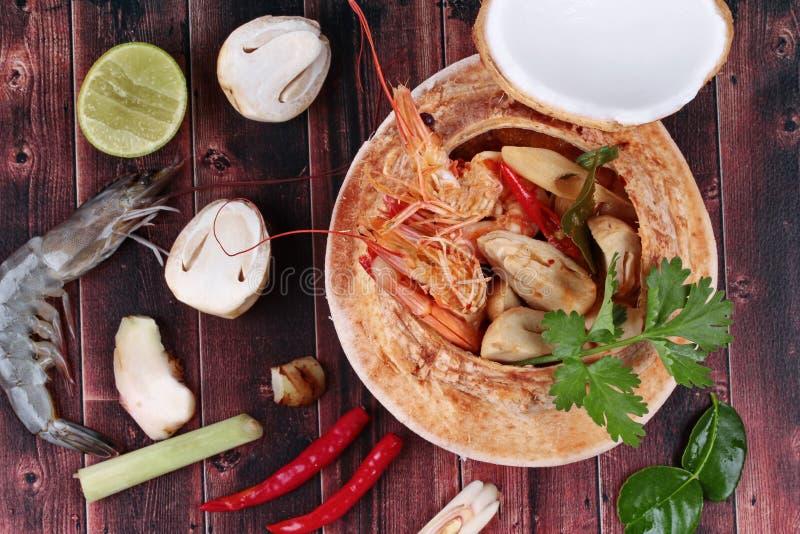De verse garnaal van Tom Yum met melk en gesneden kokosnoot stock afbeelding