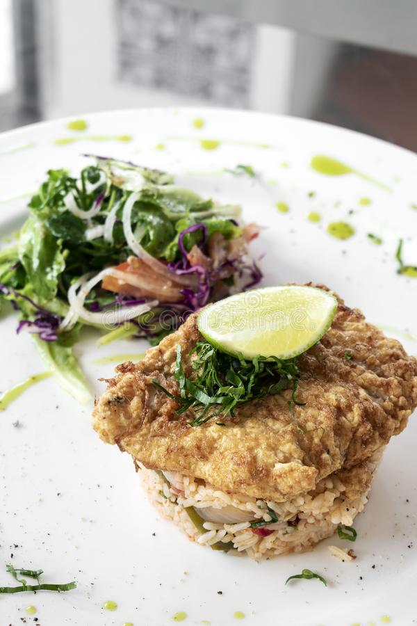 De verse gebraden geslagen maaltijd van de de zomer lichte lunch van het kabeljauwvisfilet royalty-vrije stock foto's