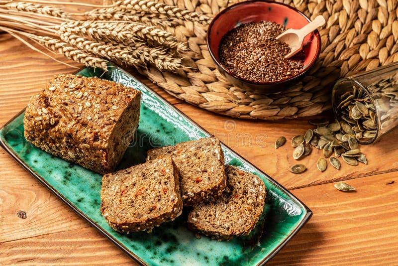 De verse gehele dichte omhooggaande spruit van het korrelbrood Het concept gezonde dieetvoeding Hoogste mening stock foto's