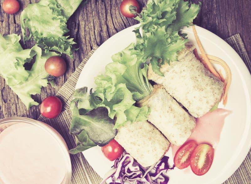 de verse gehele omslagen van het tarwebrood met groenten en fruit op t royalty-vrije stock afbeeldingen