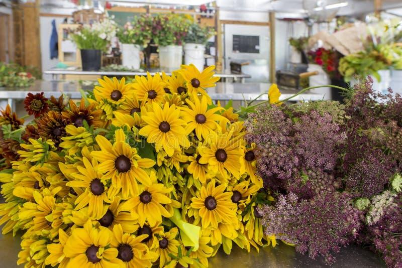 De verse geplukte bloemen van het bloemlandbouwbedrijf royalty-vrije stock foto's