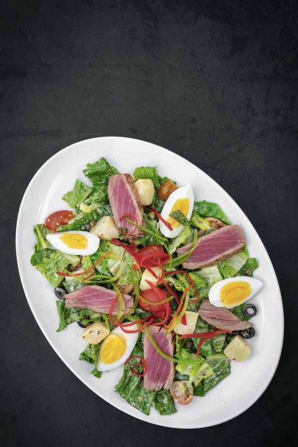 De verse geschroeide ruwe tonijn mengde plantaardige salade met mosterdsaus royalty-vrije stock afbeelding