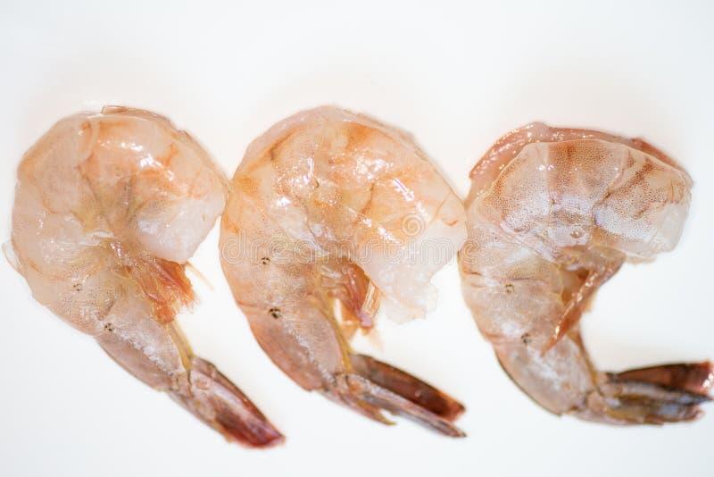De verse gewassen garnalen spoelden enkel en prepped om worden gekookt op de keukenteller stock foto
