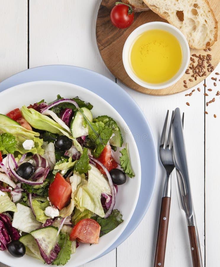 De verse Griekse salade met het brood van feta en van het olijvenblad en het de zomervoedsel van de tomatenkers vagatables zijn n royalty-vrije stock afbeeldingen