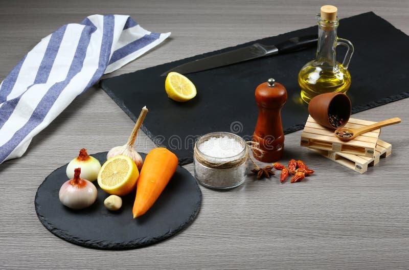 De verse groenten, de olijfolie, de kruiden en de kruiden op schalie schepen, hoogste mening in, kokend voedselconcept Authentiek stock afbeeldingen