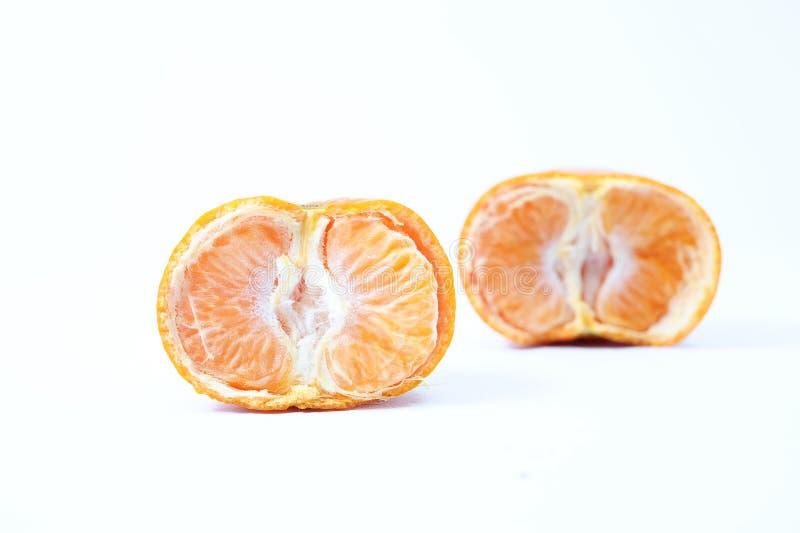 De verse helft sneed sinaasappel, ??n gesneden sinaasappel achter het royalty-vrije stock fotografie