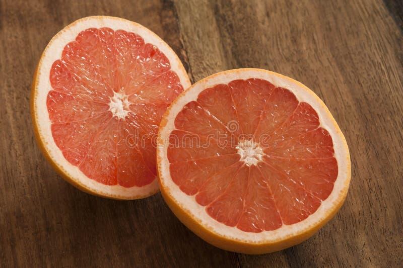 De verse helften van de besnoeiings roze grapefruit stock foto's
