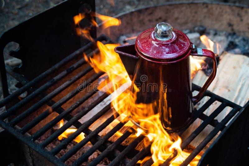 De verse het Brouwen Koffie van de Kampbrand stock afbeeldingen