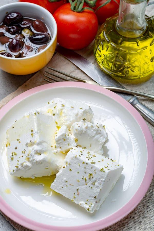 De verse jonge zachte witte Feta-kaas met olijfolie op plaat kruidde met droog oregokruid royalty-vrije stock fotografie